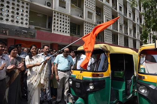 Smt. Anupriya Patel flags off an auto-rickshaw rally to encourage abstinence from tobacco consumption